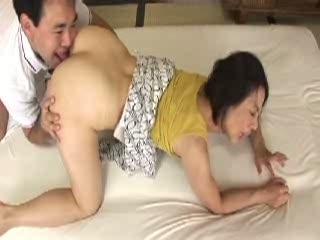 五十路の熟母澤田一美と近親相姦。シックスナインで秘部を舐め合い悶絶する高齢熟女はクンニやアナル舐めで完熟のマンコをトロトロに濡らし息子の肉棒を迎え入れる。