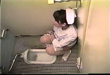 真面目そうな雰囲気の純白ナースがトイレの壁にもたれ掛る様にしゃがみ込んだままお淑やかに自らを慰める!グッタリと昇天し気が緩んで尿意を催したのか、序におしっこもやっちゃってます