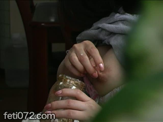 母乳をビンの中に貯め込む噴出チクニー!自分の母乳を口内発射しながらの乱れよう♪