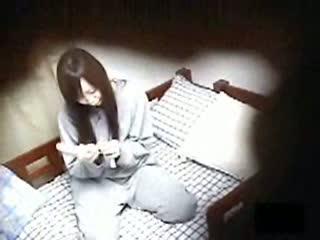 激カワな美脚美少女がプレゼントされたローターを使い、オナニーしている姿をこっそり民家盗撮!