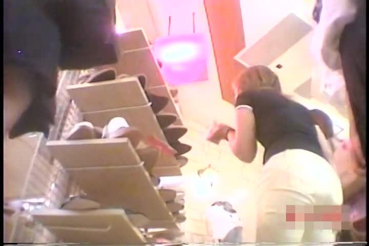 友達同士で仲良くお買い物をする制服女子校生のミニスカの中身を逆さ撮り盗撮!靴の試着をするとムチムチ美脚の間からパンチラしまくりwぷっくりモリマンまで丸見えw